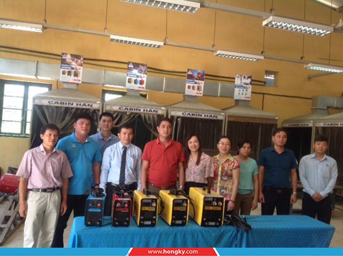 Công tyCơ khí Hồng Kýđã đến thăm và trao tặng 5 máy hàn điện tử cho trường Cao đẳng Công nghiệp Lạng Sơn.