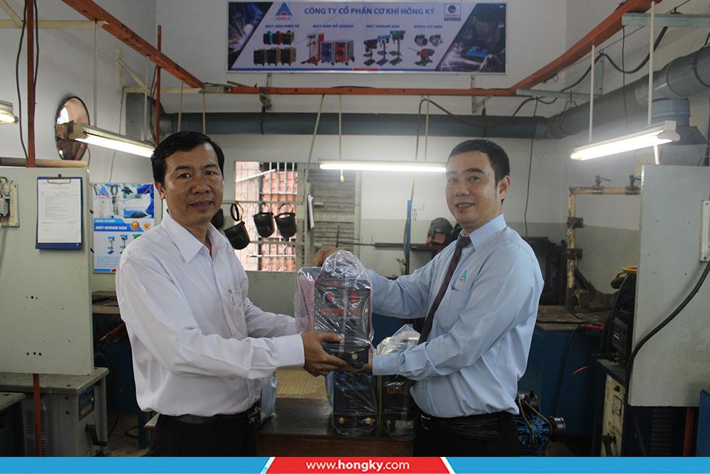 Công tyCơ khí Hồng Kýđã đến thăm và trao tặng 5 máy hàn điện tử cho thầy và trò trường Trung cấp Nghề Kỹ thuật Công nghệ Hùng Vương TP Hồ Chí Minh.