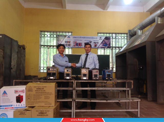 Công tyCơ khí Hồng Kýđã đến thăm và trao tặng 5 máy hàn điện tử cho thầy và trò trường Cao đẳng Nghề Vĩnh Phúc