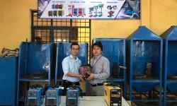 Thầy trò trường Cao đẳng Kỹ nghệ Dung Quất tiếp nhận tài trợ máy hàn điện tử Hồng Ký