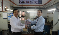Đại diện công ty Cơ khí Hồng Ký đến thăm và trao tài trợ máy hàn điện tử cho trường Trung cấp Nghề Kỹ thuật Công nghệ Hùng Vương