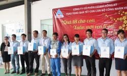 Hồng Ký trao hơn 300 phần quà Tết cho con cán bộ công nhân viên