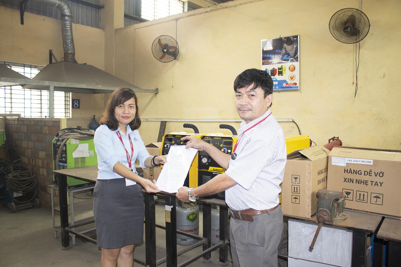 Hồng Ký đã tổ chứctrao tặng 3 máy hàn MIG 200I cho trường Cao đẳng Công Nghệ và Nông Lâm Nam Bộ trên địa bàn Bình Dương