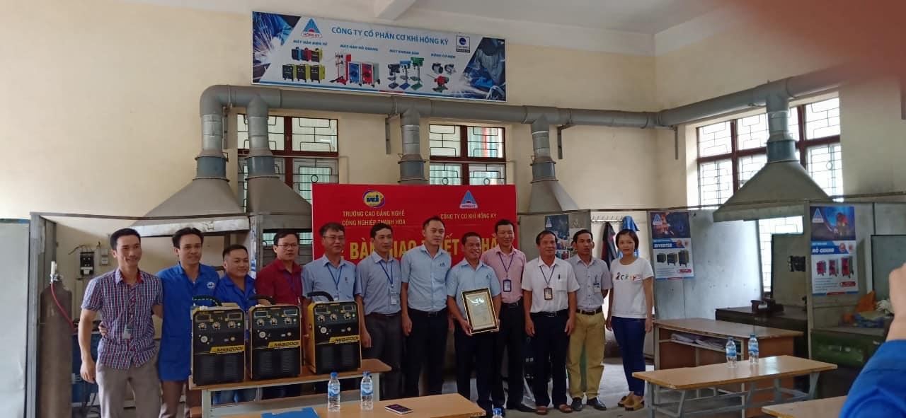 Công ty Cơ khí Hồng Ký đã đến thăm và trao tặng thiết bị cho trường Cao đẳng Nghề Công nghiệp Thanh Hóa