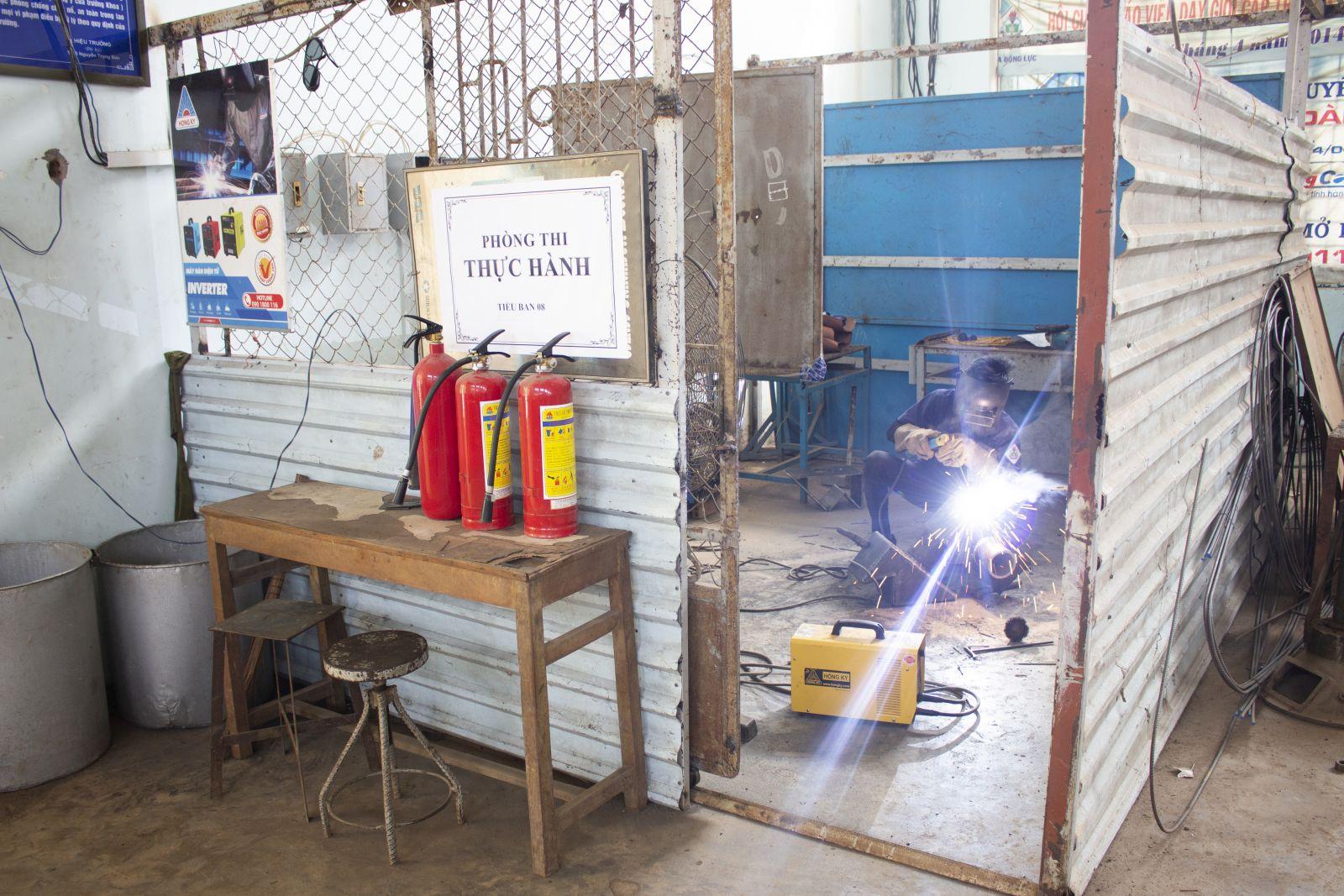 Sinh viên trường Cao đẳng nghề Cần Thơ học thực hành bằng máy hàn Hồng Ký