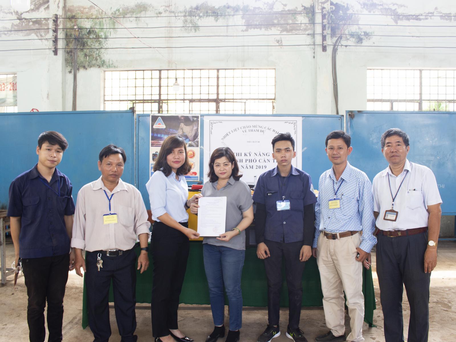 đại diện Công ty Hồng Ký đã đến thăm và trao tặng 3 máy hàn MIG 200I cho thầy trò trường Cao đẳng nghề Cần Thơ